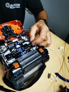 Collaborateur prépare la soudure fibre alpcom